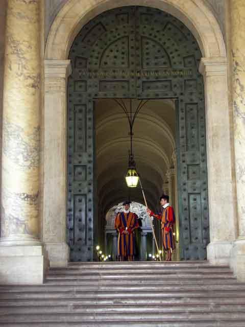 Швейцарские гвардейцы на посту
