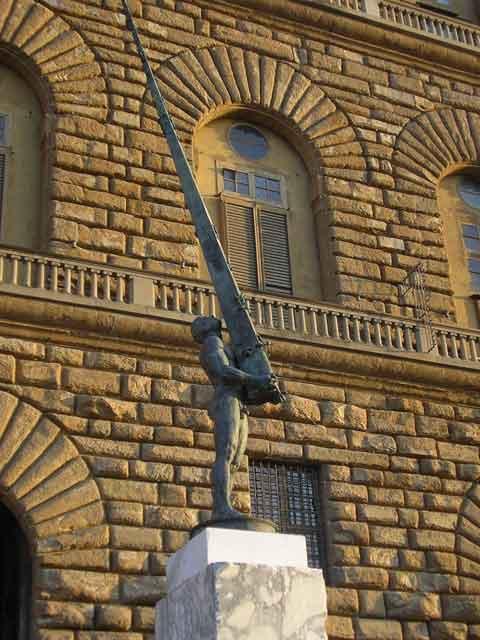 Скульптура Ivan Theimer перед дворцом Питти