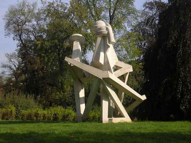 Современная скульптура у Art Palace